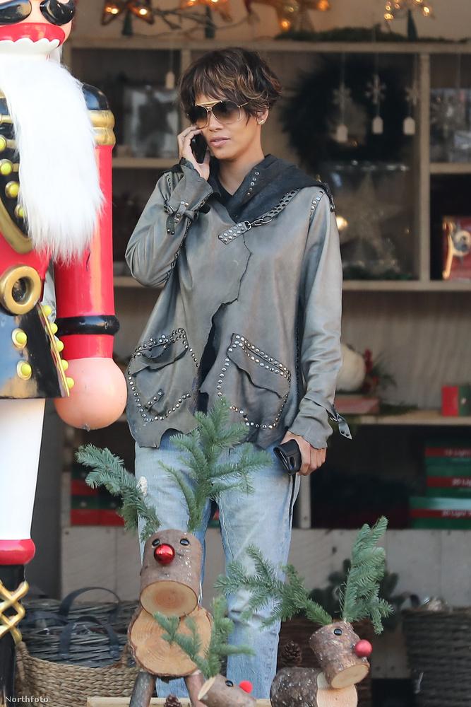 Halle Berry már lázasan készül a karácsonyra: tegnap elment karácsonyfát venni.