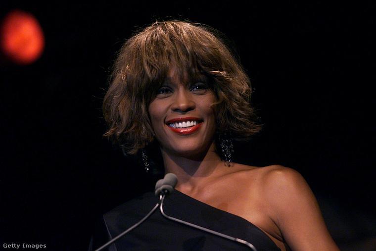 Erre a fazonra gondolunk, Whitney Houston a kétezres években így hordta frizuráját.