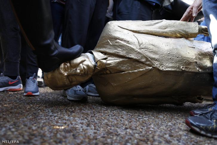 A szobrot a felállítást követően nem sokkal el is távolították