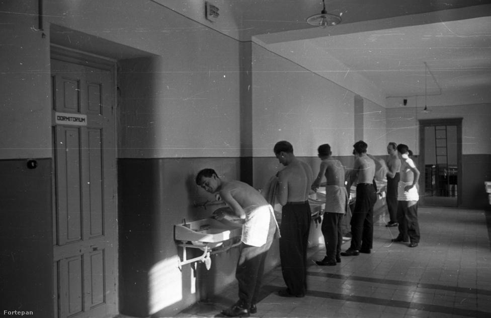 Esztergom, az egyházmegyei szeminárium az ötvenes évek végén. A korszakban papi hivatás választását nehezítette a politikai helyzet, a rendszer hozzáállása. A Rómában kiadott Katolikus Szemle szerint 1957-ben a megmaradt szemináriumokban így alakult a létszám: a győri szemináriumban, mely egyúttal a pécsi és szombathelyi kispapokat is vendégül látta, 94 teológus tanult. Az esztergomi szemináriumban, ahol két egyházmegye kispapjai készültek hivatásukra, 90 volt a szeminaristák száma. A veszprémi egyházmegyében 11 jelentkezőt vettek fel, a budapesti Hittudományi Főiskolára 175 hallgatót. De sokan voltak, akiknek  teljesen ki kellett vetkőzni: 1950-ben négy tanítórend kivételével a Népköztársaságban feloszlatták a szerzetesrendeket. Ezt már megelőzte folyamatos zaklatásuk, elhurcolásuk és kitelepítésük.
