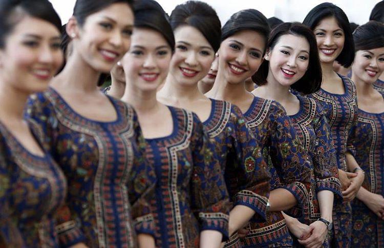 Végezetül tekintse meg a Singapore Airlines légiutas-kísérőit, akik a Sarong Kebaya nevezetű ruha és a mosoly mögött rettentő szabálykövetőek