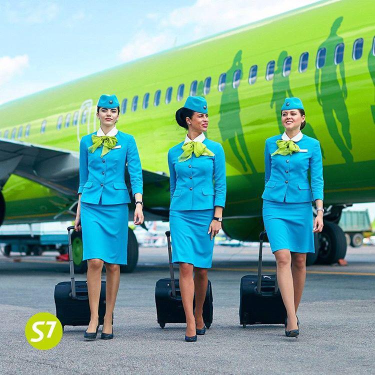 Az orosz S7 Airlines légikisasszonyai töb ruhából is válogathatnak, ami azonban előírás, hogy hordják a rájuk testált zöldessárga sálat és a cég logójával díszített sapkát