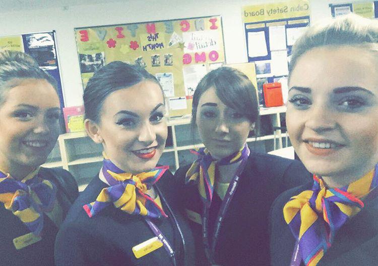 Az Egyesült Királyság tulajdonában lévő Monarch Airlines nőtagjai szintén a színes sáljaikkal virítanak