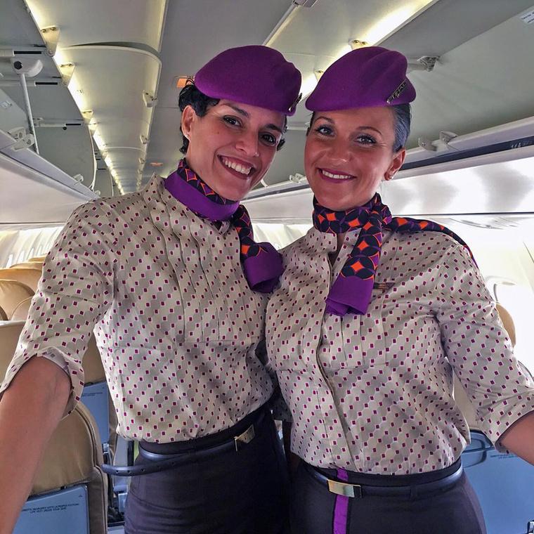 Az Etihad Airlines munkatársai szokatlan, viszont annál látványosabb színkombinációkban dolgoznak