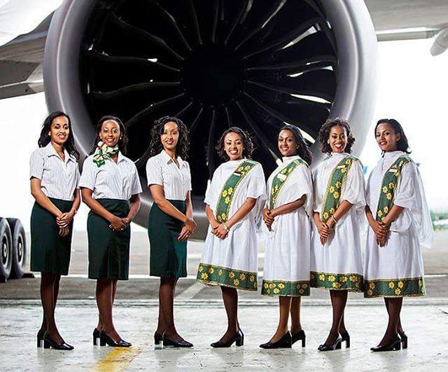 Az Ethiopian Airlinesnál hordott egyenruhák elég látványosak, ez pedig annak köszönhető, hogy saját hagyományaikat ötvözik a nyugati kultúra aktuális divatjával