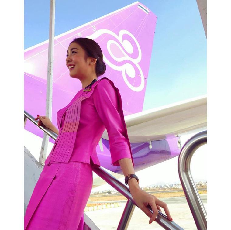 A Thai Airways stewardess-ei vilgítóan színesek, amit nem is illusztrálhatna jobban semmi, mint ez a fotó