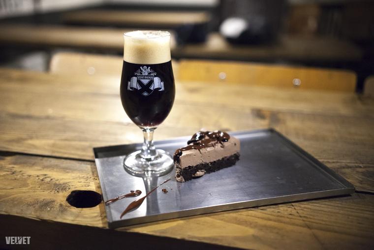 Ez pedig a mentás, csokis Esthajnal '16 - egy szintén csokis süteménnyel. Együtt a kettő valóban mennyei.