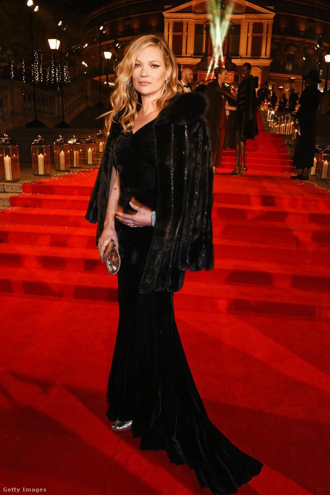 És még egy modell-legenda feketében: Kate Mosst nagyon ritkán lehet ennyire dívásan szépnek és elegánsan-kirittyentve látni.