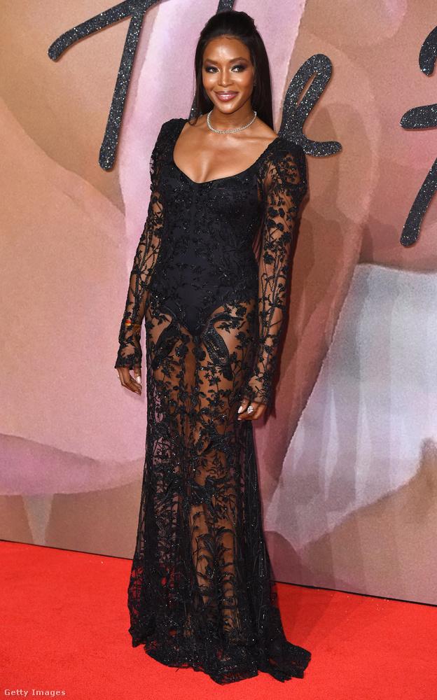 Naomi Campbell is egy hasonló csipkés-áttetszőben volt, persze baromi jól áll neki, bár mi kicsit már unjuk az ilyen ruhákat.