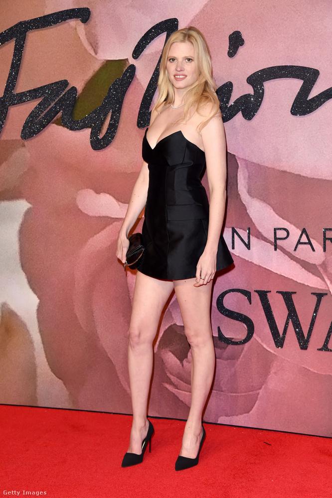Lara Stone egy egyszerű és nagyszerű kis fekete ruhában van