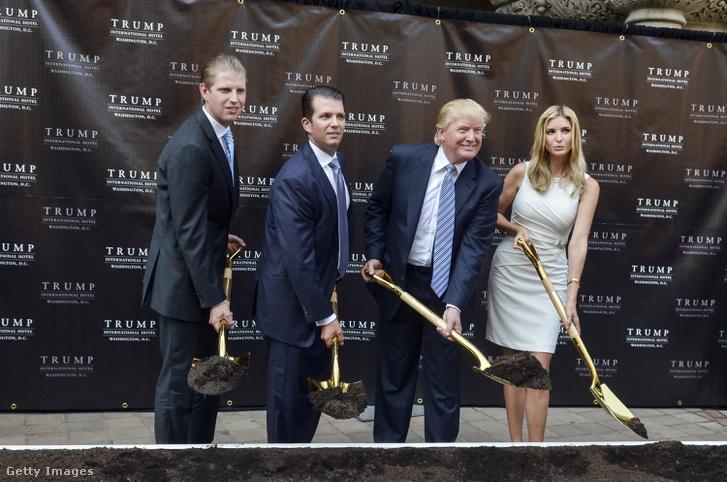 Eric, Donald Jr, apjuk Donald és Ivanka Trump, 2013-ban Washingtonban, a Trump International Hotel alapkőletételekor.
