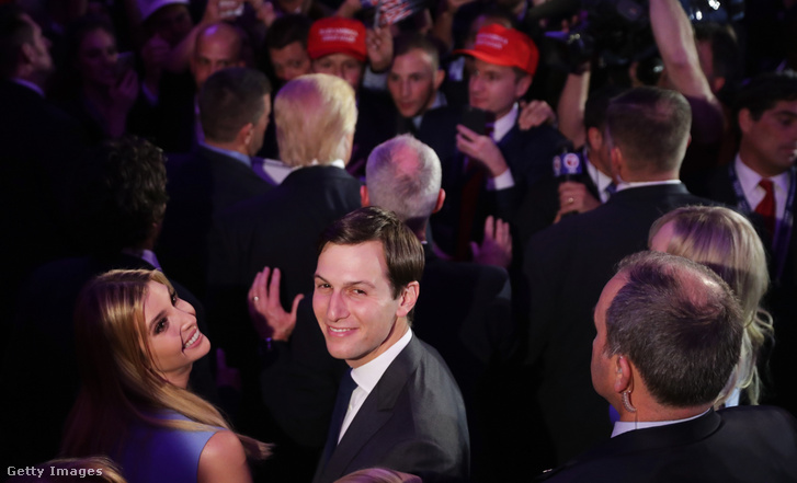 Ivanka Trump és férje Jared Kusnher 2016. november 9-én, New Yorkban, az amerikai elnökválasztás napján, apja Donald Trump eredményváró rendezvényén.