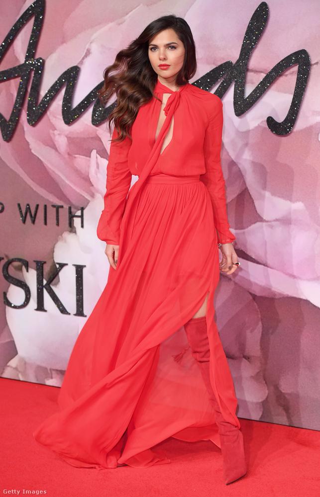 Ezek a képek december 5-én este készültek róla a Fashion Awards nevű divatos díjkiosztón Londonban.