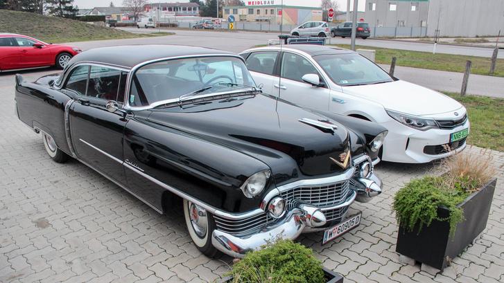 A fene se gondolná, hogy ha díszítő túlnyúlásokat nem számoljuk, egy 1956-os Cadillac CoupeDe Ville  alig hosszabb egy Optimánál