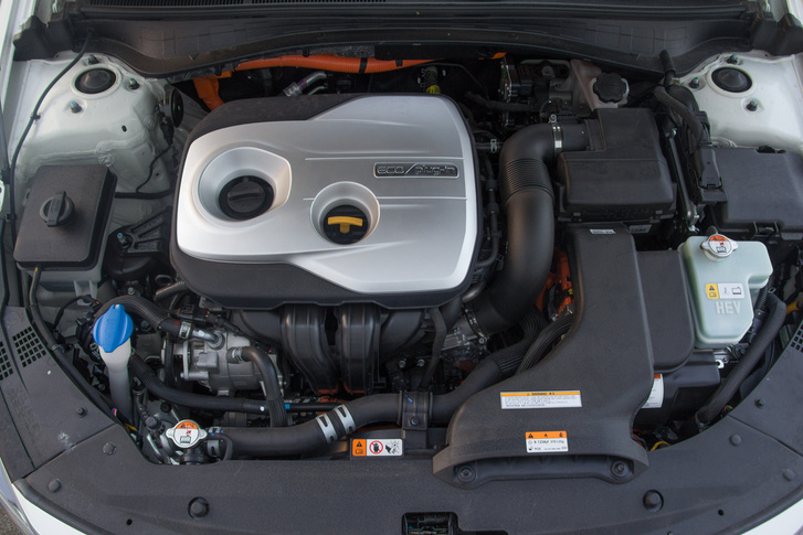 Itt nem csak benzint égetnek, de elektromos energiából is mozgási energiát csinálnak. A kétliteres, négyhengeres benzines és az elektromos motor együtt 205 lóerőt és 375 Nm-t tud