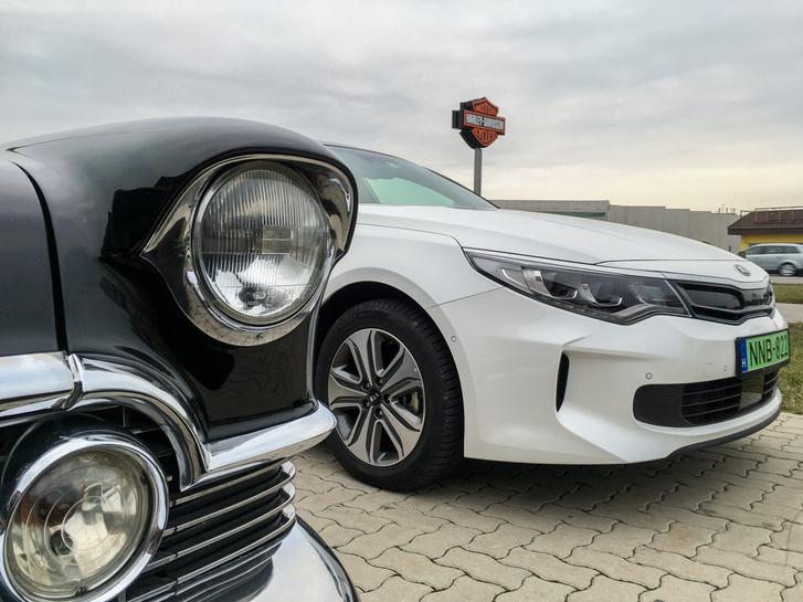 Közös pont: mindkét autón intelligens fényszóró világít. Igen, már az 1956-os Cadillacnek volt...