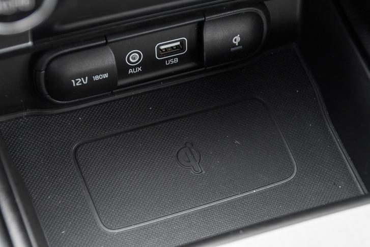 A középkonzolban szivargyújtó-, USB és jack-csatlakozót találunk. Itt az arra alkalmas telefonokat (vagy amik ilyen tokban vannak) vezeték nélkül is tölthetjük