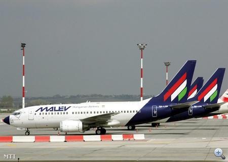 Repülőgépek várakoznak a Ferihegyi repülőtéren. A légtérzár miatt szinte a teljes Malév-flotta és több európai légitársaság gépe is a repülőtéren vesztegel.