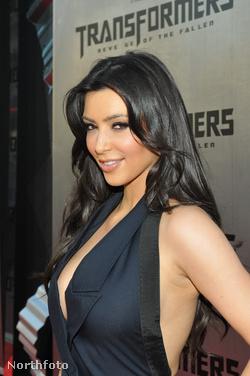 Kim Kardashian itt éppen ruhában