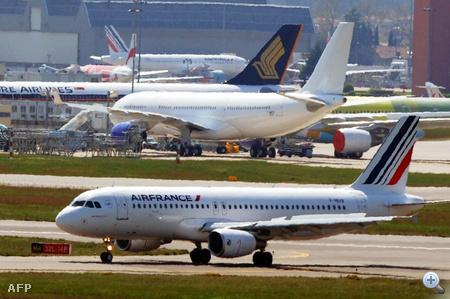 Az AirFrance A320-as gépe tesztrepülés után landol Toulouse-ban.