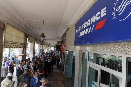 Marokkóban rekedt utasok várnak az Air France rabati irodája előtt