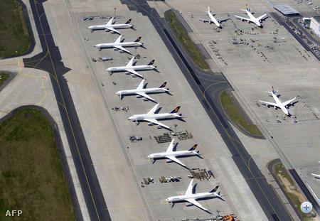 Légifelvételek Frankfurt am Main repterén sorakozó repülőgépekről.