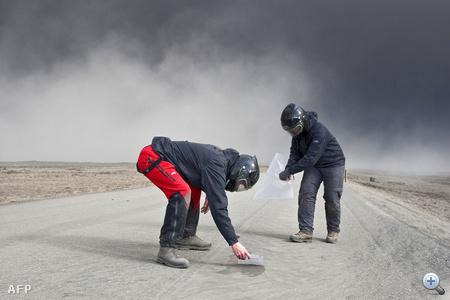 Tudósok mintákat gyűjtenek a vulkáni hamuból Izland keleti részén.