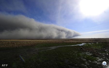 A vulkán által kiokádott hamufelhő gomolyog Izland felett.