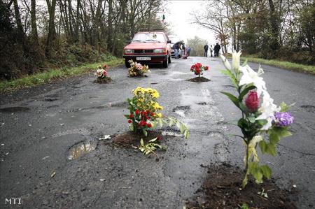 A Nógrád megyei Keszeg határában, tavaly, félpályás útlezárással követelték egy 3 kilométeres útszakasz felújítását