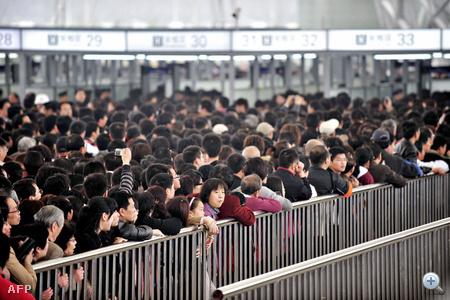 A britek fél 12-kor bezártak, mondván, hogy nem bírnak ennyi emberrel, itt - a xinmin.cn honlap beszámolója szerint - a sorban előzés miatt kisebb dulakodás is keletkezett.
