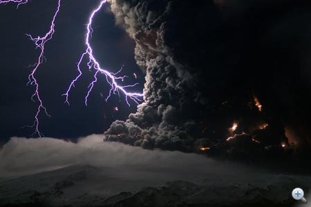 Marco Fulle képn villámlás figylehető meg a dél-izlandi Eyjafjallajökull-gleccser alatt lévő tűzhányó kitörésében. A ritka jelenség a fellépő hatalmas feszültségkülönbség miatt alakul ki.