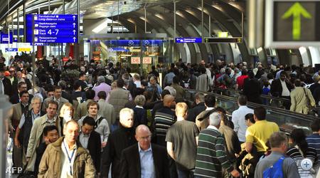 Tömeg és káosz a Frankfurti repülőtéren, pénteken.