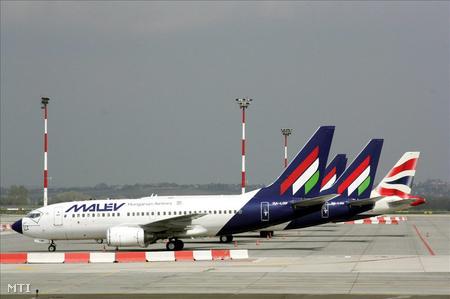Repülőgépek várakoznak a Ferihegyi repülőtéren április 17-én