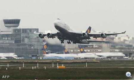 747-es Boeing száll fel a Frankfurt am Main-i reptérről.