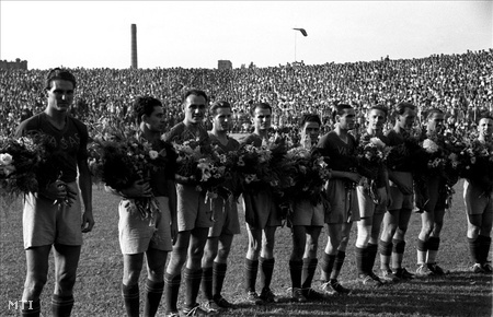 1947. A Vasas csapata felsorakozik a moszkvai Torpedo elleni mérkőzés előtt