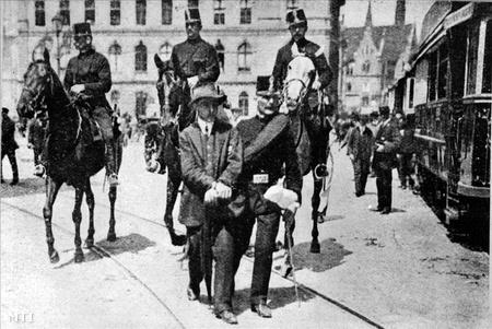 1912. május 23., vérvörös csütörtök. Általános sztrájk és tömegtüntetés Tisza István és a parlamenti erőszak ellen, valamint az általános választójogért. 4 halott és 158 sebesült.