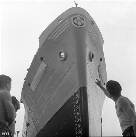 1963. Vízre bocsátás előtt a norvég megrendelésre készült első tengerjáró hajó a Magyar Hajó- és Darugyár angyalföldi gyáregységében