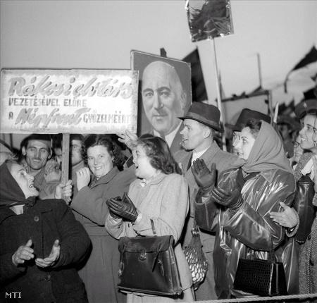 1950. Angyalföld dolgozói választási nagygyűlésen a Láng-gyár feldíszített sportpályáján