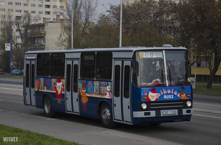 Itt pedig a legtutibb tuti látható: a mikulásbusz!