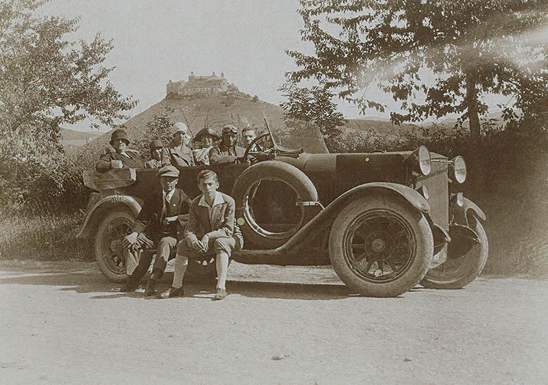 Dobsinai kirándulás 1926 júliusában. A társaság feltehetőleg Radnóti édesapjának, Glatter Jakabnak itteni rokonsága. Radnóti az autó fellépőjén ül, bricsesznadrágban.