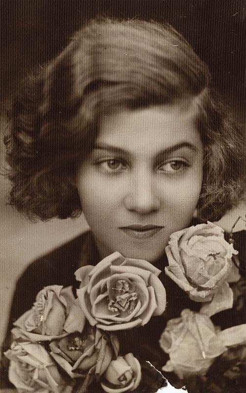 """A 14 éves Gyarmati Fanni. A kép hátoldalán Gyarmati Fanni kézírásával: """"Gyarmati Fanny 1926""""."""