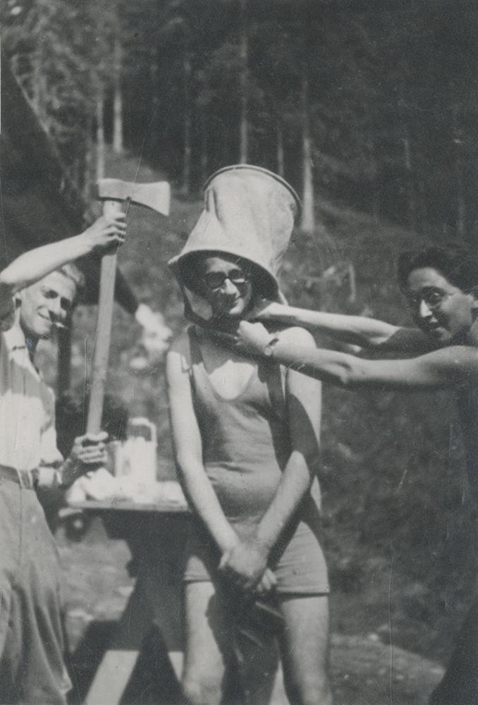 Tátrai kirándulás. Bálint György középen, mellette Radnóti baltával a kezében, a másik oldalon Dóczi János.