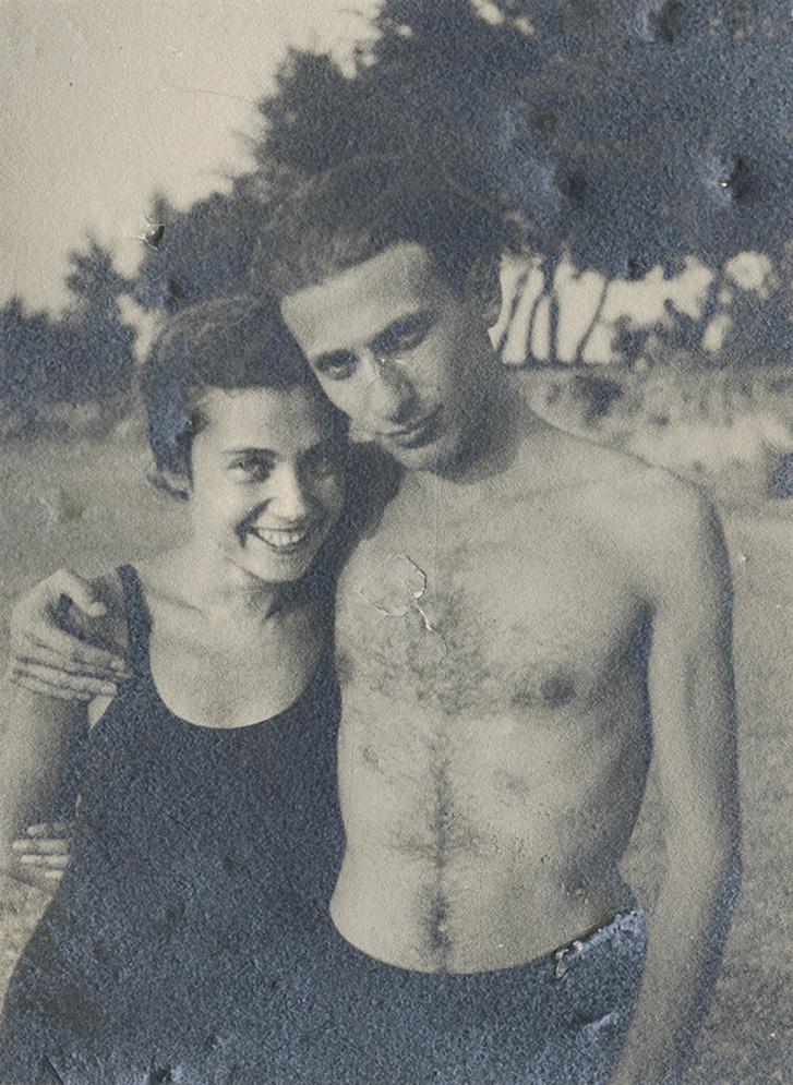 """Radnóti Miklós és Gyarmati Fanni friss házasokként a Duna-parti strandon 1935. augusztus 13-án. A kép hátoldalán Gyarmati Fanni kézírásával: """"3 napos házasok!"""". A fiatalok 1935. augusztus 11-én házasodtak össze. A felvételt valószínűleg Gyarmati László készítette. Gyarmati Fanni Naplójában is megemlékezik erről a napról."""