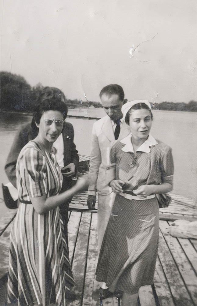 Radnóti Miklós és Gyarmati Fanni Szentendrén 1940. június 30-án. Elől baloldalt Beck Judit, mellette Gyarmati Fanni, hátul takarásban Radnóti, mellette Vas István.