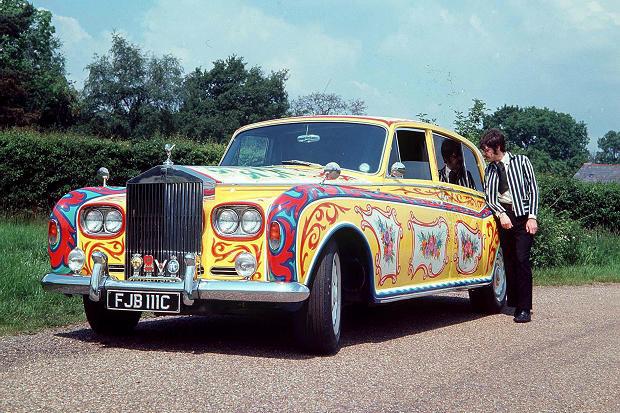 George Harrison vizsgálja John Lennon egyedi Rollsát