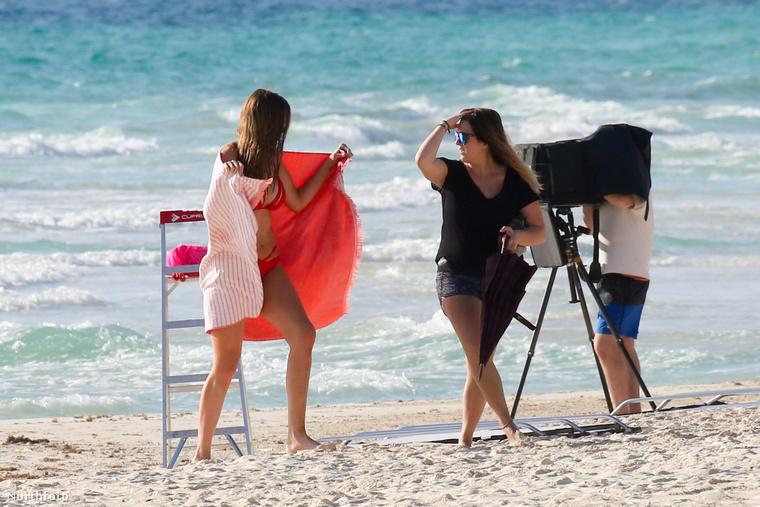 Lawley-t egyébként Mexikóban, az óceán partján fotózták, feltehetően egy 2017-es fürdőruha-katalógus számára.