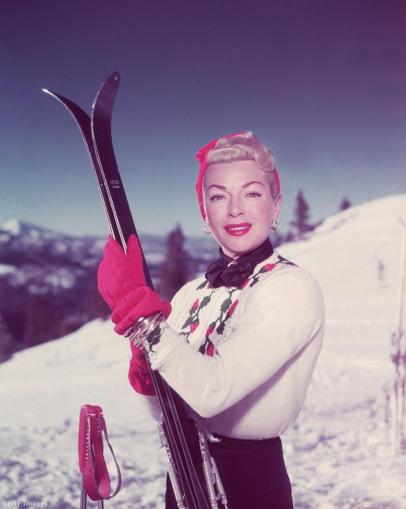 Lana Turner 1955-ben valószínűleg nem síelés közben, hanem csak síelőnek beöltözve egy fotózás alatt.