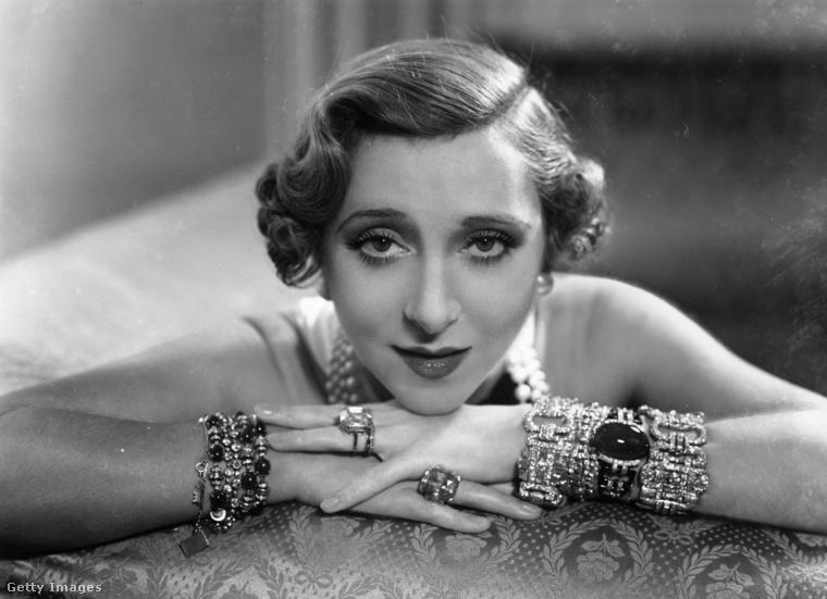 A 30-as években is voltak dögös színésznők - ő itt Yvonne Printemps, francia énekesnő és színésznő, 1936-ban.