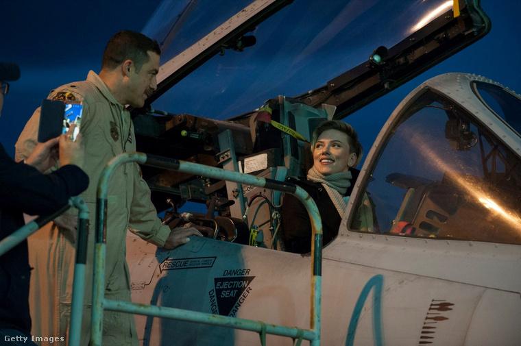 És Scarlett Johansson beült a vadászgépbe!