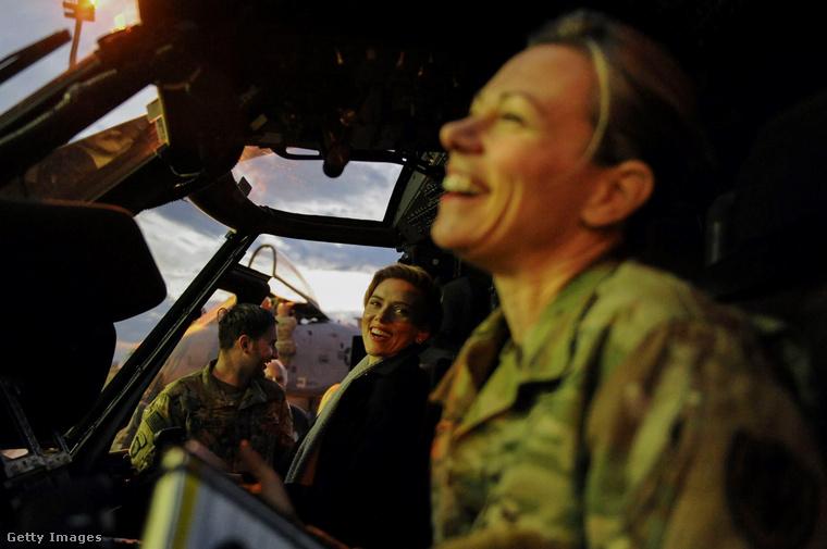 A helikopterben is jól érezte magát!